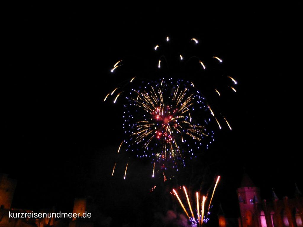 Das Bild zeigt das Feuerwerk am Ende des Theaterstücks
