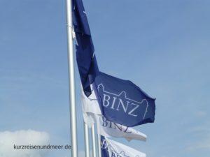 Das Bild zeigt eine Fahne mit den Worten Binz