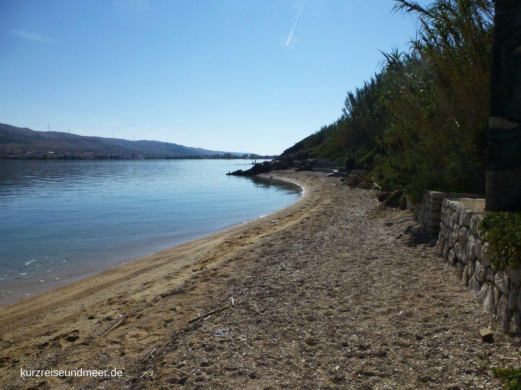 Das Bild zeigt einen Strand auf der Insel Pag, Kroatien (Reiseplanung 2017)
