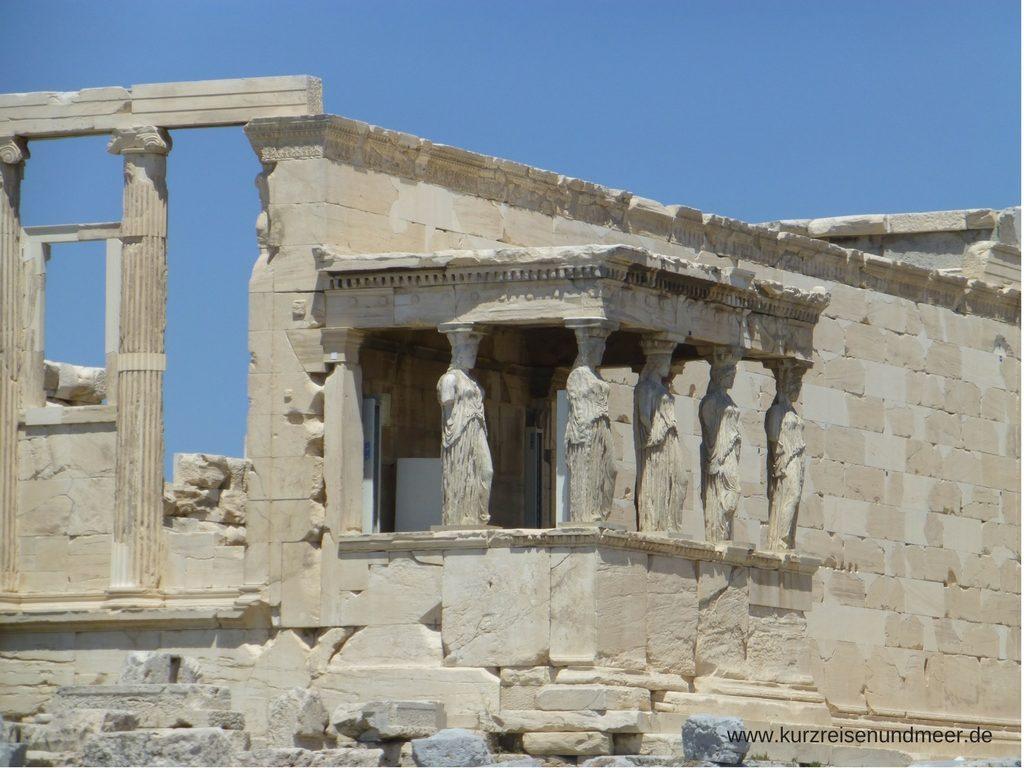 Das Bild ist von meiner Mittelmeer-Kreuzfahrt und zeigt das Erechtheion (auf der Akropolis in Athen) mit den fünf Karyatiden