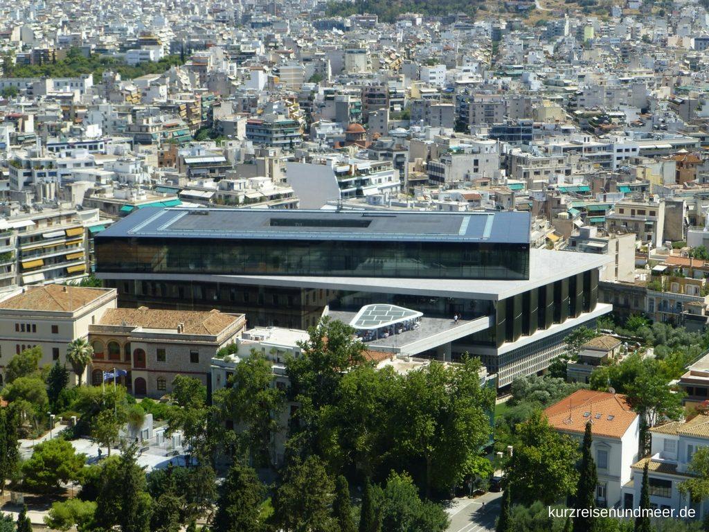 Das Bild ist von meiner Mittelmeer-Kreuzfahrt und zeigt das Neue Akropolis Museum in Athen von der Akropolis aus fotografiert.