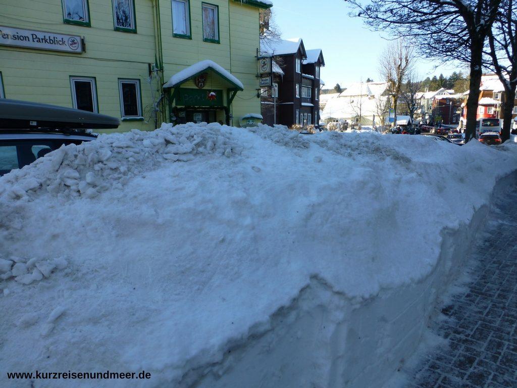 Das Bild zeigt wie hoch der Schnee in Braunlage (Harz) liegt.