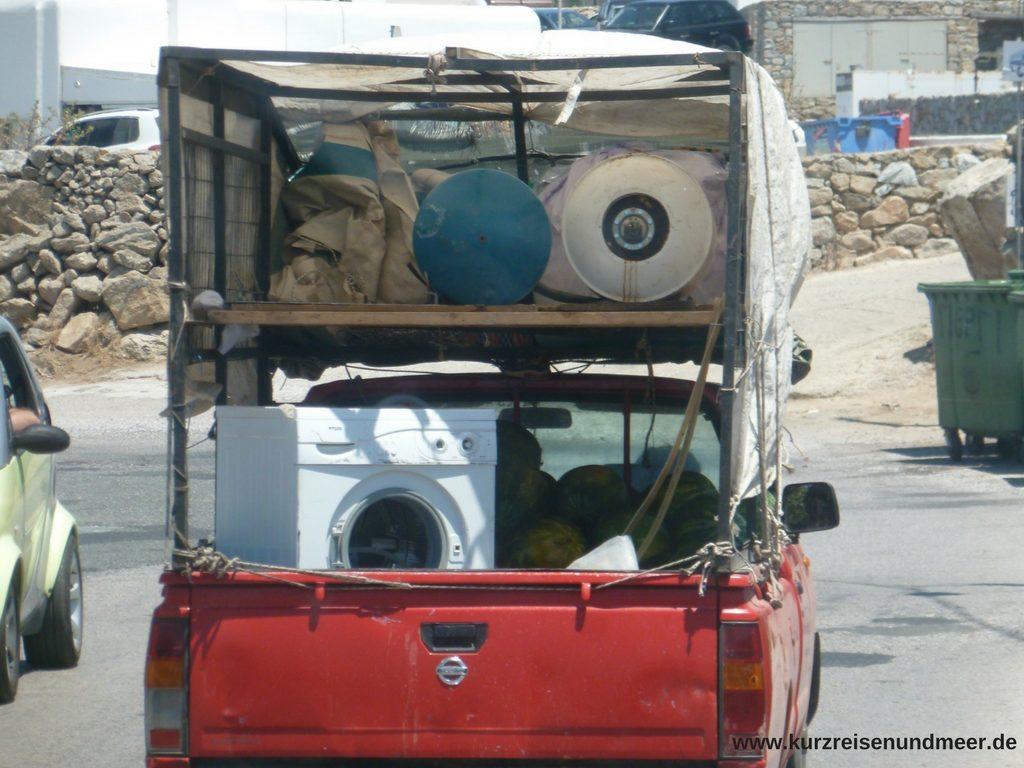 Das Bild zeigt einen interessanten Transport auf Mykonos: Boiler, Waschmaschine und Wassermelonen