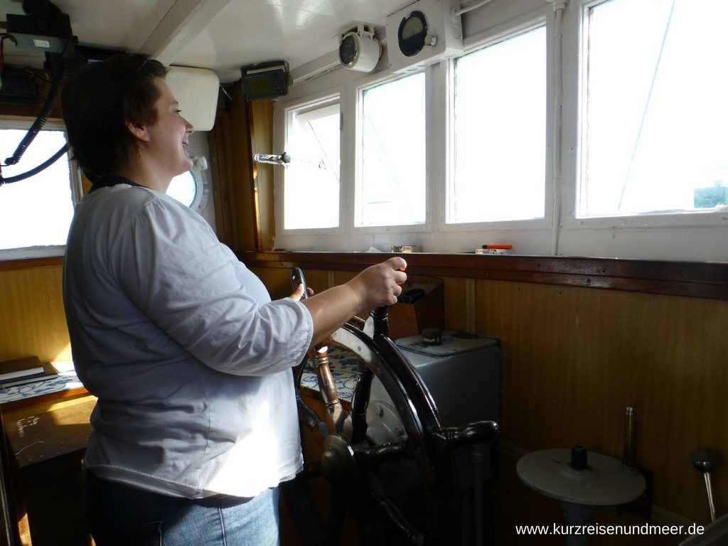 Diana von kurzreisenundmeer.de steuert den Krabbenkutter Crangon