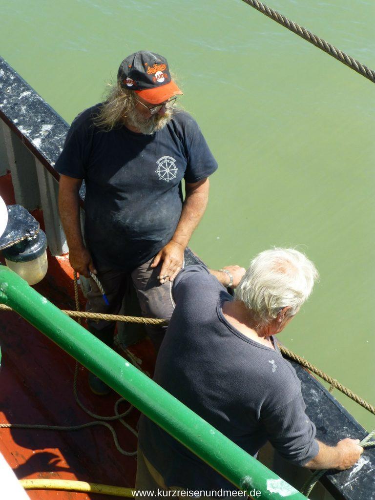 Das Bild zeigt den Kapitän und einen der Matrosen der Cragnon