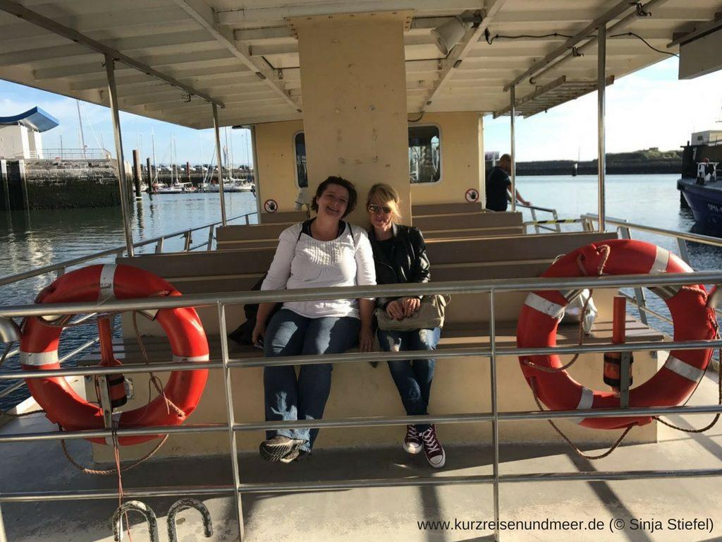 Das Bild zeigt Kerstin und mich auf der Fähre nach Oosterroever, von wo aus die Fahrt mit dem Krabbenkutter startete