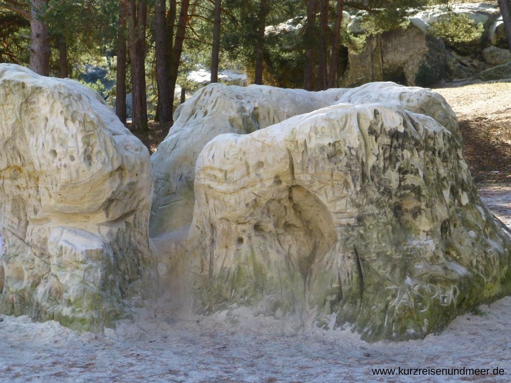 In den Dedingstein kann man Figuren mit einem Stock einritzen, so weich ist das Gestein