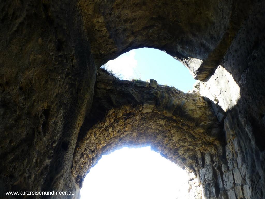 Ein Bogen in der Burgruine Regenstein aus Feldsteinen erbaut