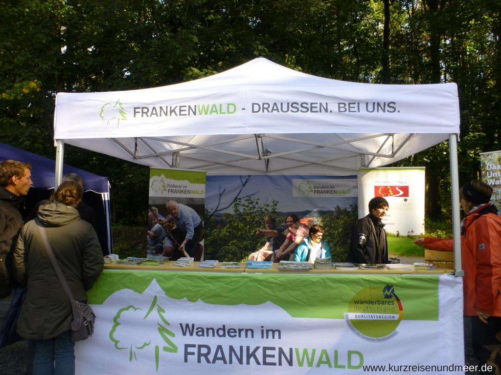 Der Stand des FRANKENWALD Tourismus auf dem Waldaktionstag 2017 in der Nähe von Nurn