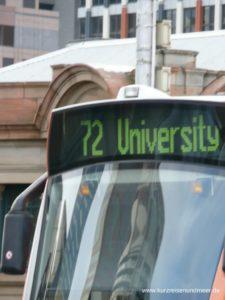 Die Tram 72, die das Bild zeigt, fahrt zur Universität