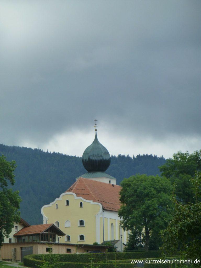 Drohende Gewitterwolke über der Kirche in Lahm