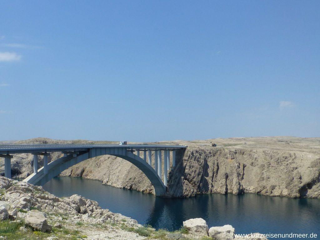Die Brücke zur Insel Pag von der Festlandseite aus gesehen