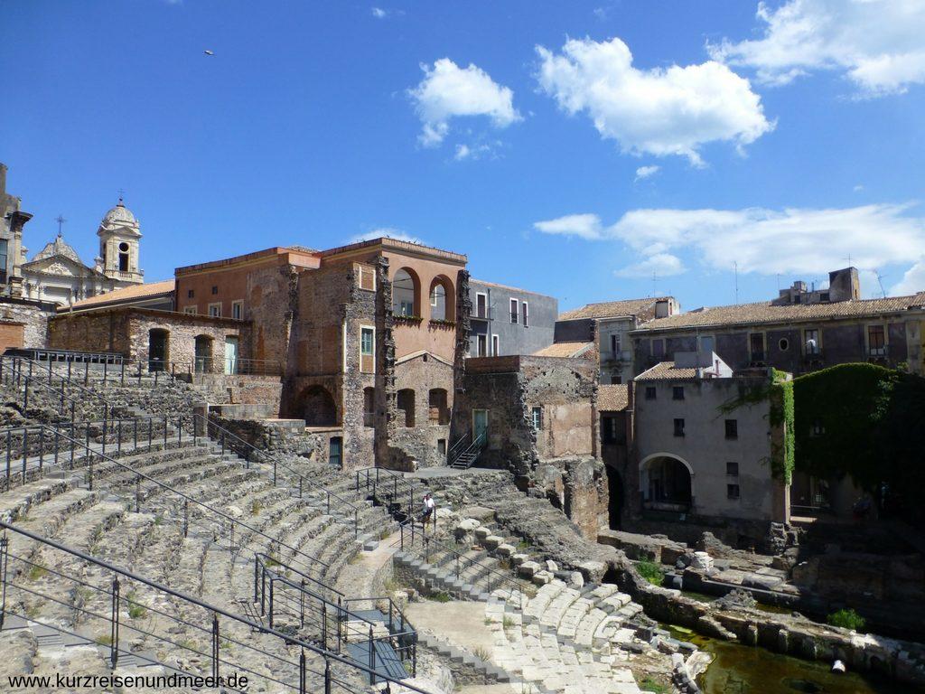Das Römische Theater von Catania ist von Wohnbauten umgeben