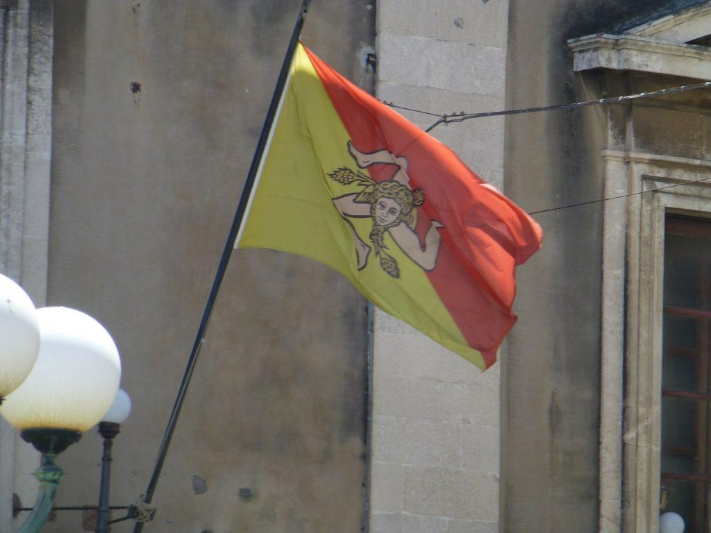 Flagge mit der Trinacira, dem Symbol für Sizilien