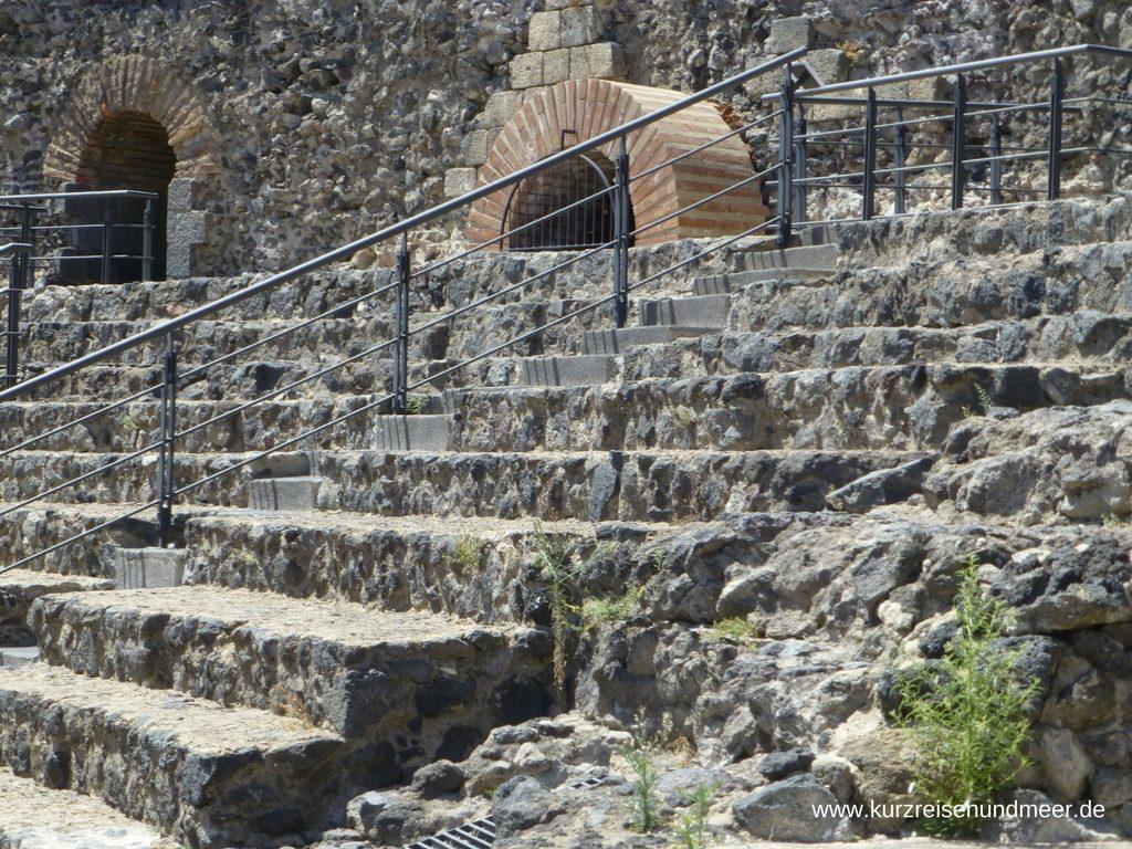 Die Zuschauerränge im Römischen Theater in Catania sind aus Lava erbaut