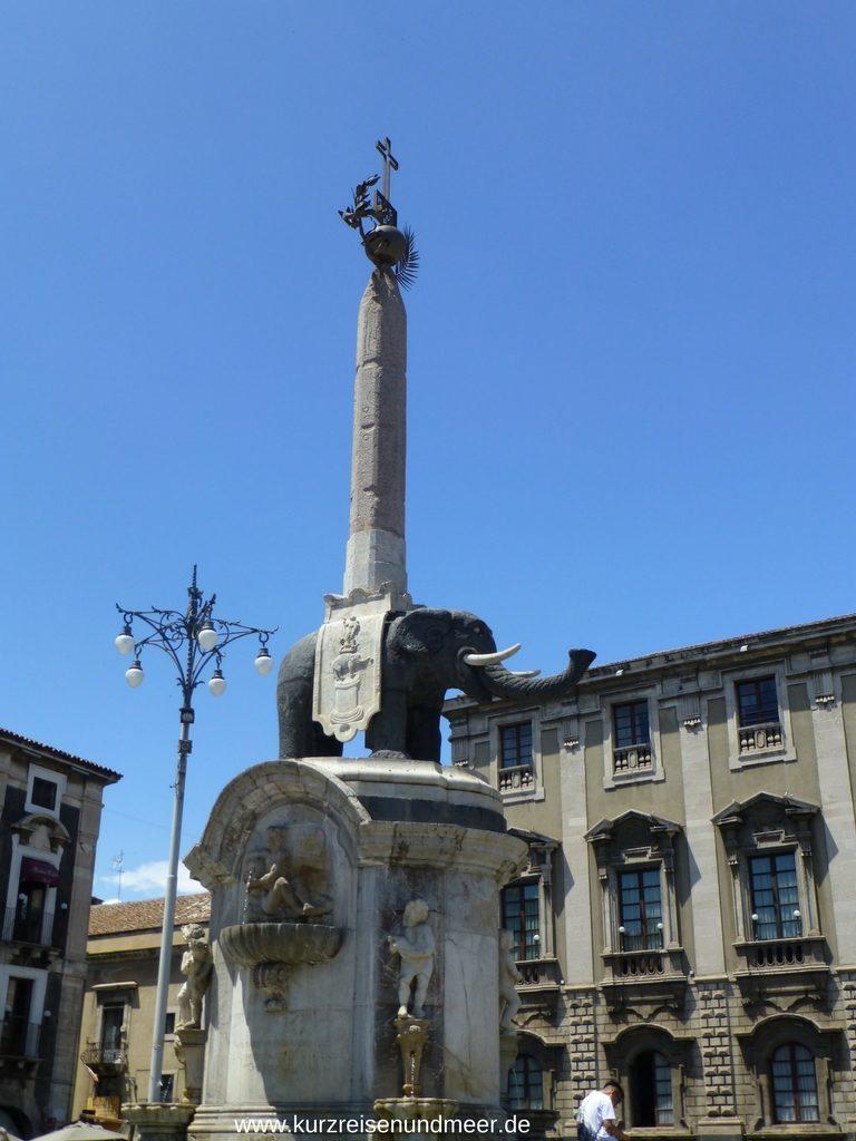 Der schwarze Elefant mit dem Obelisken und dem Kreuz der heiligen Agatha