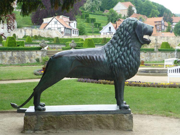 Bronzebüste des Braunschweiger Löwen im Lustgarten der Barocken Gärten Blankenburg