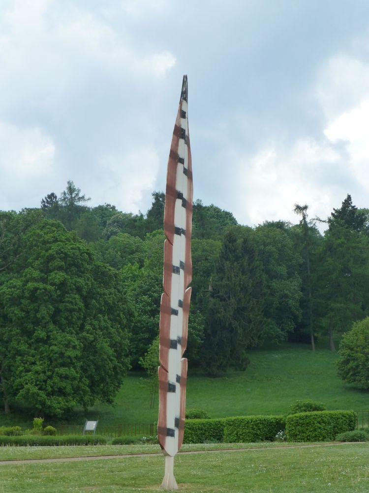 Metallene Nachbildung einer Fasanenfeder im Fasanengarten der Barocken Gärten Blankenburg