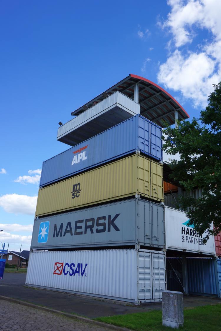 Ein Turm bestehend aus 12 Containern mit einer Aussichtsplattform