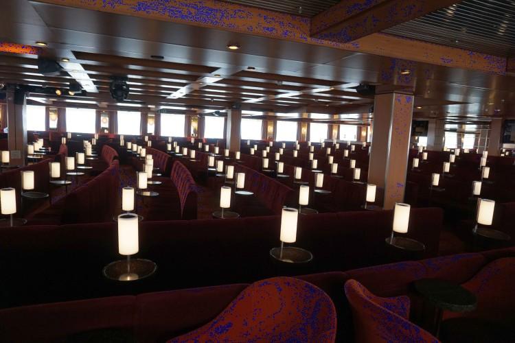 Atlantik Show lounge der MS Albatros mit den roten Samtsesseln