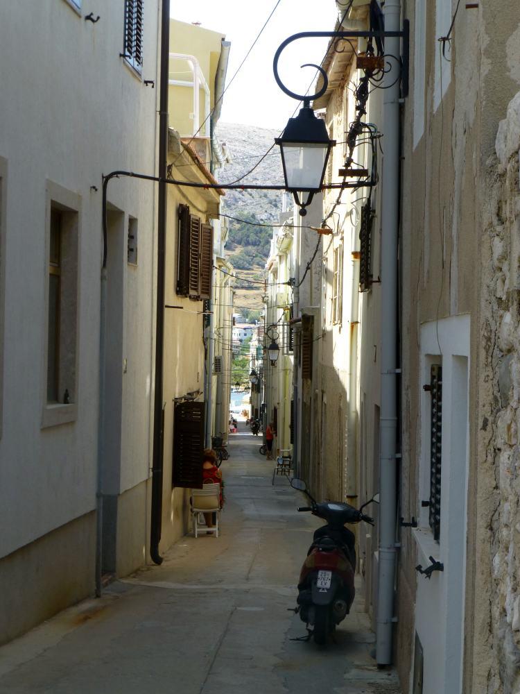 Beschauliche Gasse in dem Städtchen Pag auf der kroatischen Insel Pag