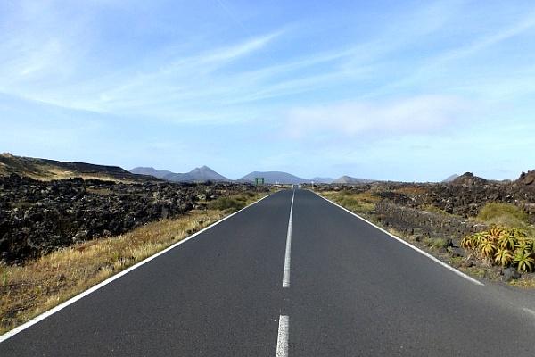 Straße in die Ferne - das perfekte Bild für alle möglichen Reiseziele für das Jahr 2019