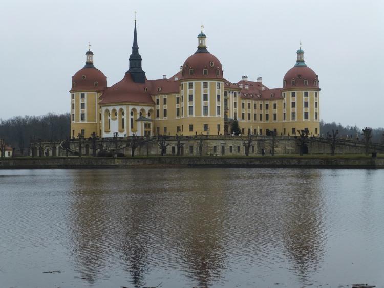 Schloss Moritzburg und der Schlossteich im Vordergrund