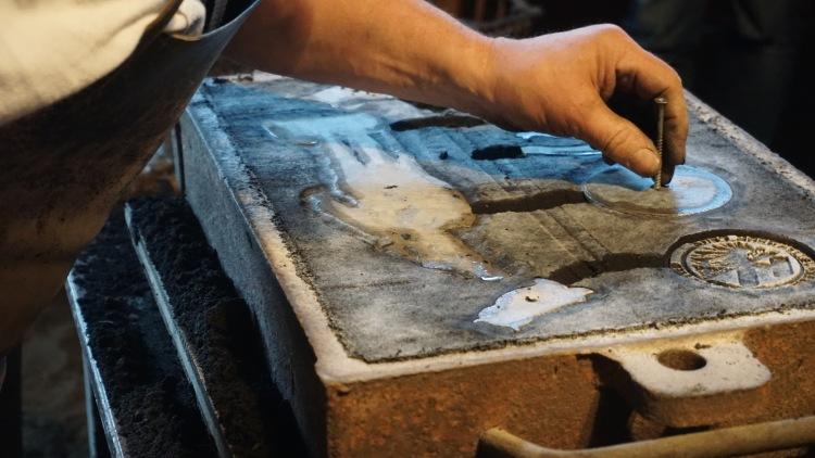 Die Form für das Aluminiumgießen wird vorbereitet.