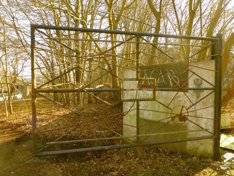 Tor zum gelände der Volksmarine der DDR, auf dem sich das Schloss Dwasieden befindet