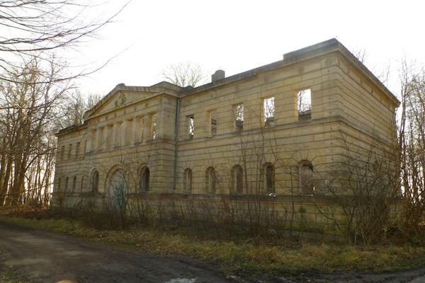 """Hast Du schon einmal ein Lost Place besucht? Schloss Dwasieden ist so ein """"vergessener Ort"""" auf Rügen.Hier beschreibe ich was es dort zu sehen gibt."""