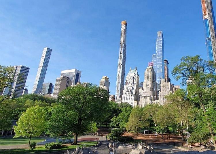Skyline von new York hinter Bäumen