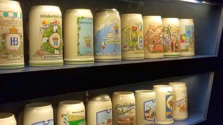 Bierkrüge vom verschiedenen Oktoberfesten