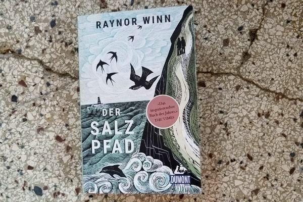 Liebst Du Fernwanderungen? Hast Du vor eine Wanderung entlangt des South West Coast Path, also entlang des Salzpfads zu machen? Dann lies' dieses Buch!
