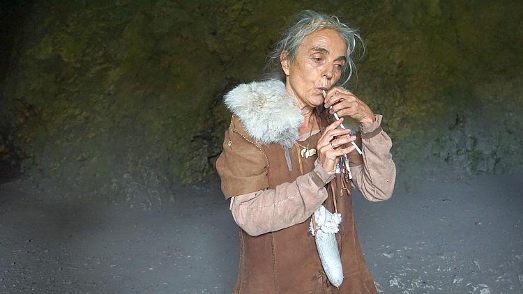 Flötenspielerin mit einer einszeitlichen Flöte